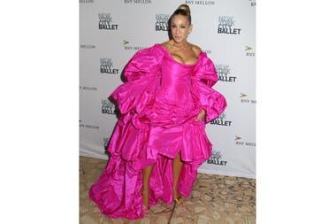 Fucsia furioso. Con un look muy llamativo, dijo presente Sarah Jessica Parker en una especial gala de ballet realizada en Nueva York