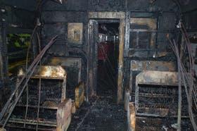 El interior del vagón que resultó completamente quemado por un grupo de pasajeros