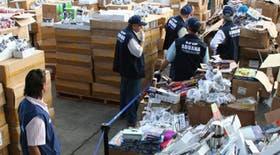 Personal de Aduana revisa la mercadería