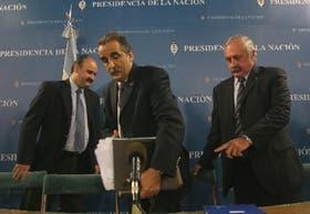 Mario Ravetino, de ABC, junto a los secretarios Guillermo Moreno y Javier de Urquiza, poco antes del anuncio