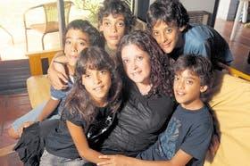 Retrato familiar: los quintillizos Garbini posan para la foto junto a su madre, Adriana, en La Plata