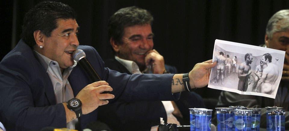 Maradona muestra la foto vieja de Pelé junto a Beckenbauer en un vestuario