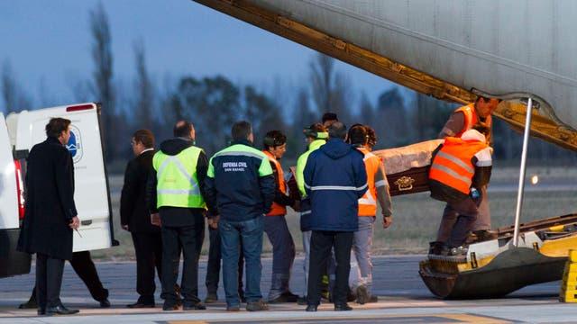 Los cuerpos fueron trasladados en avión desde Mendoza a Buenos Aires.