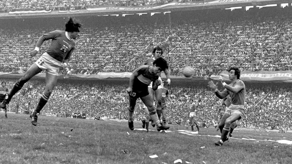 2-8-1981: cabezazo entre Oscar Garré, Barisio y Héctor CúperCúper. Foto: LA NACION