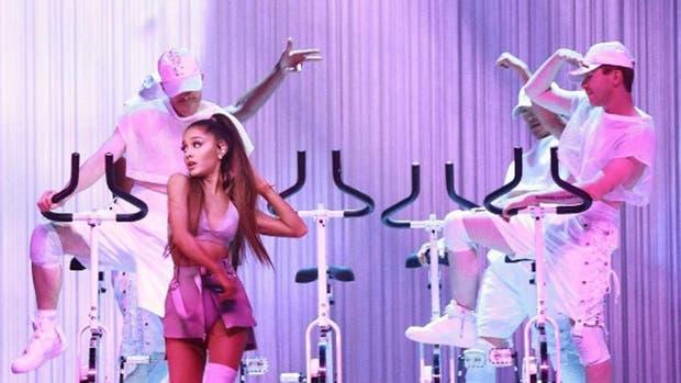 Ariana Grande se cayó durante concierto en Santiago de Chile