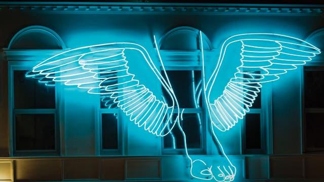 Hermes, el mensajero, en la fachada de la Fundación Telefónica