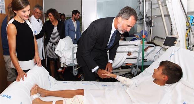 Los reyes, en su visita a los heridos en un hospital de Barcelona