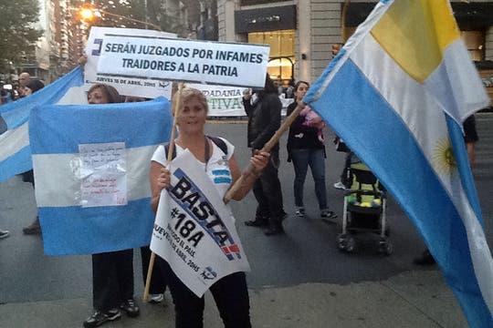 Pasadas las 18, en la esquina de Santa Fe y Callao comenzaron a congregarse los primeros manifestantes.. Foto: LA NACION / Diego Granda