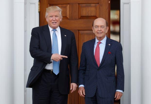 El presidente Donald Trump con su secretario de Comercio Wilbur Ross