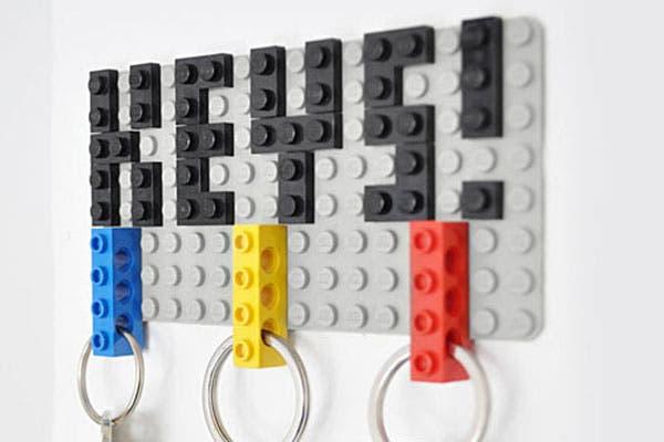 """Para los fanáticos de Lego, está planchuela para colgar cerca de la puerta de entrada y una serie de llaveritos """"lego"""" de colores para cada integrante de la familia. Foto: design-milk.com"""