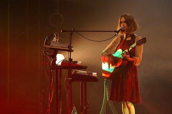 En el escenario, necesita apoyarse en las letras para cantar, pero prefiere la música. Foto: juanamolina.com