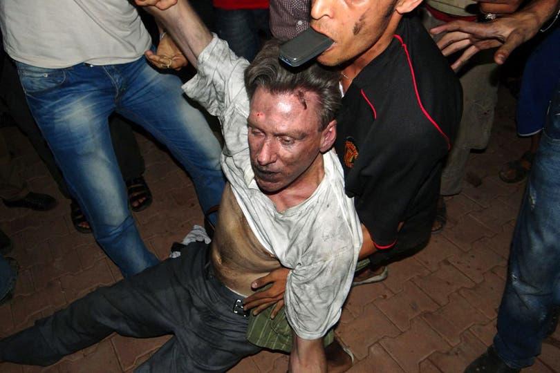 El embajador, minutos después del ataque al consulado. Foto: AFP