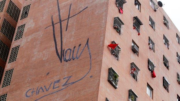 Partidarios del gobierno cuelgan prendar rojas desde sus departamentos. Foto: Reuters / Christian Veron