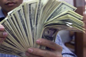 El dólar blue bajó tras la escalada de ayer