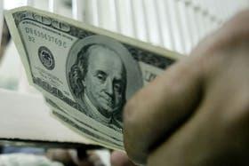 El dólar blue operó con puntas de hasta $10,8 este martes