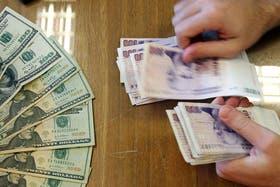 El dólar blue se mantiene por debajo de los 11 pesos
