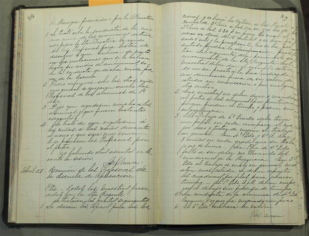El libro de actas en el que Mary Morse registró las actividades de la Escuela Normal