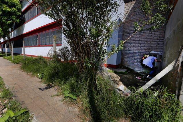 Tigre. Los vecinos de la escuela N° 7 tiraron abajo una pared para poder usar la cancha de fútbol del patio principal; cuando la pared fue reconstruida, le hicieron un boquete