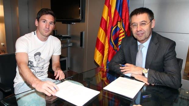 Messi hace varios años, en su última renovación con Barcelona