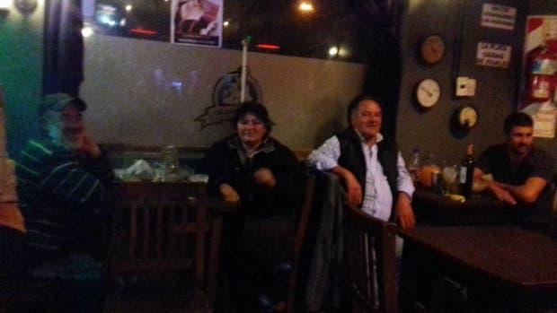 Comensales en el bar Expreso de La Plata