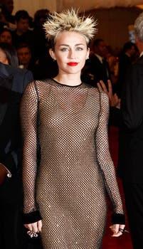 Miley Cyrus le puso punk al museo Metropolitan en Nueva York. Foto: REUTERS