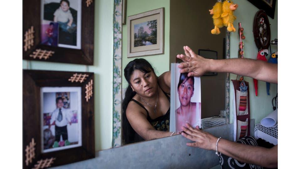 Mercedes Zambrano posa con la foto de su hermana Adriana Marisel Zambrano, asesinada por la pareja en 2008 en Jujuy, 23 de noviembre 2016 . Foto: Martín Di Maggio