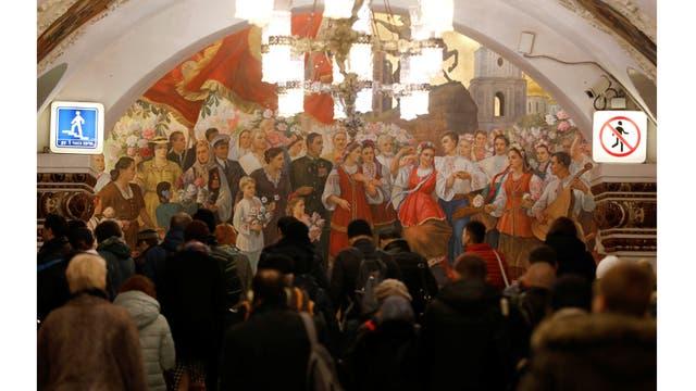 La gente camina durante la hora pico en Kievskaya estación de metro en Moscú, Rusia