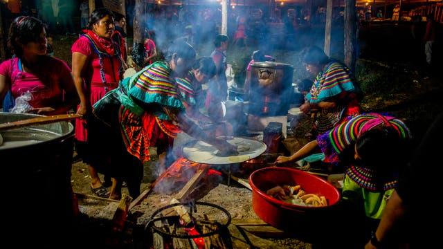 Mujeres preparan tortillas al final de un acto de campaña en el bastión zapatista de Guadalupe Tepeyac en Chiapas