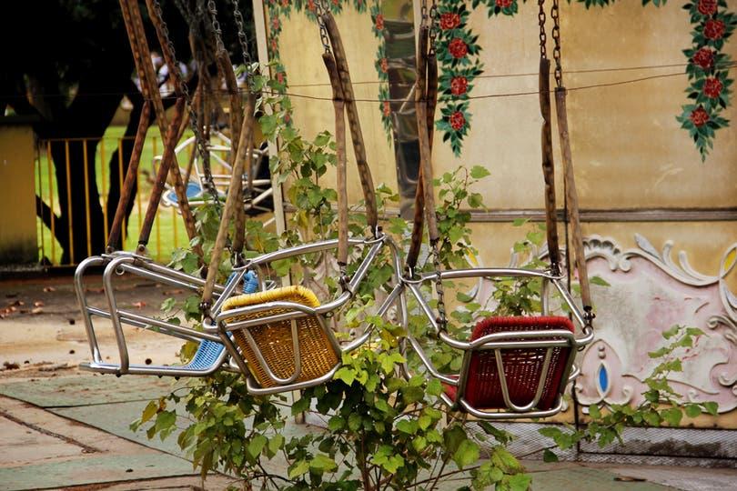 Las plantas crecen entre las sillas voladoras de origen alemán, que podían pasear a 1000 pasajeros por hora y 48 en cada viaje. Foto: LA NACION / Mauricio Giambartolomei