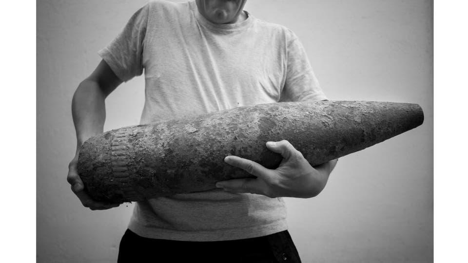 Proyectil de guerra de 155 mm encontrado por un albañil en Río Tercero. Se encontraba enterrado en la vereda de una casa del Barrio Las Violetas al lado de la Escuela Matías Zapiola. Actualmente se encuentra almacenado en la brigada de explosivos, Córdoba, Septiembre 2015. Foto: Salguero Sebastián