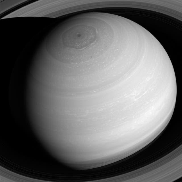 La atmósfera del planeta es una escena siempre cambiante de vientos de alta velocidad y patrones climáticos en evolución, puntuados por tormentas ocasionales. Los anillos, consisten en innumerables partículas heladas que chocan continuamente.