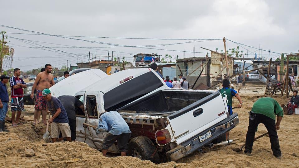 Varios vehículos fueron arrasados por el agua y terminaron hundidos en la arena. Foto: Reuters / Fernando Castillo