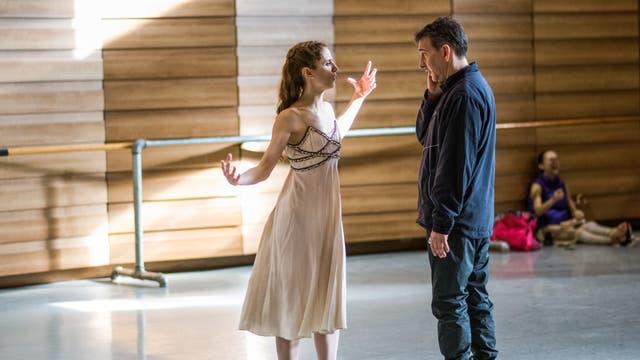 El director Julio Bocca instruye a la bailarina principal Maria Noel Riccetto durante el ensayo para Romeo y Julieta