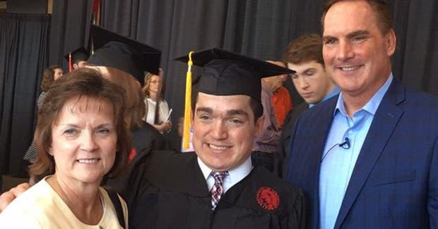 Se graduó a pesar de que un médico le dijo que no viviría más de 10 años