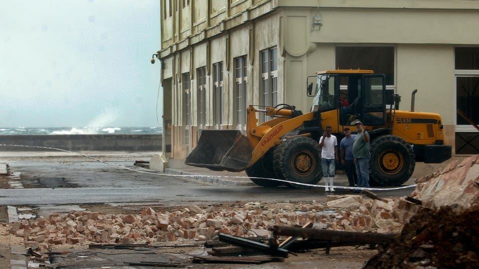 Obreros realizan labores de limpieza de escombros. Foto: EFE / Alejandro Ernesto