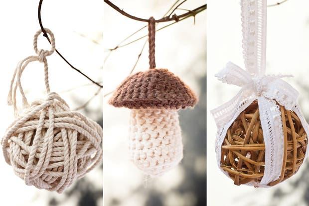 Para aflojar el diseño escandinavo, usaron ornamentos confeccionados a mano que salen de los tradicionales adornos navideños, como los honguitos al crochet y las pelotitas de mimbre que sirvieron para decorar el árbol y los regalos.