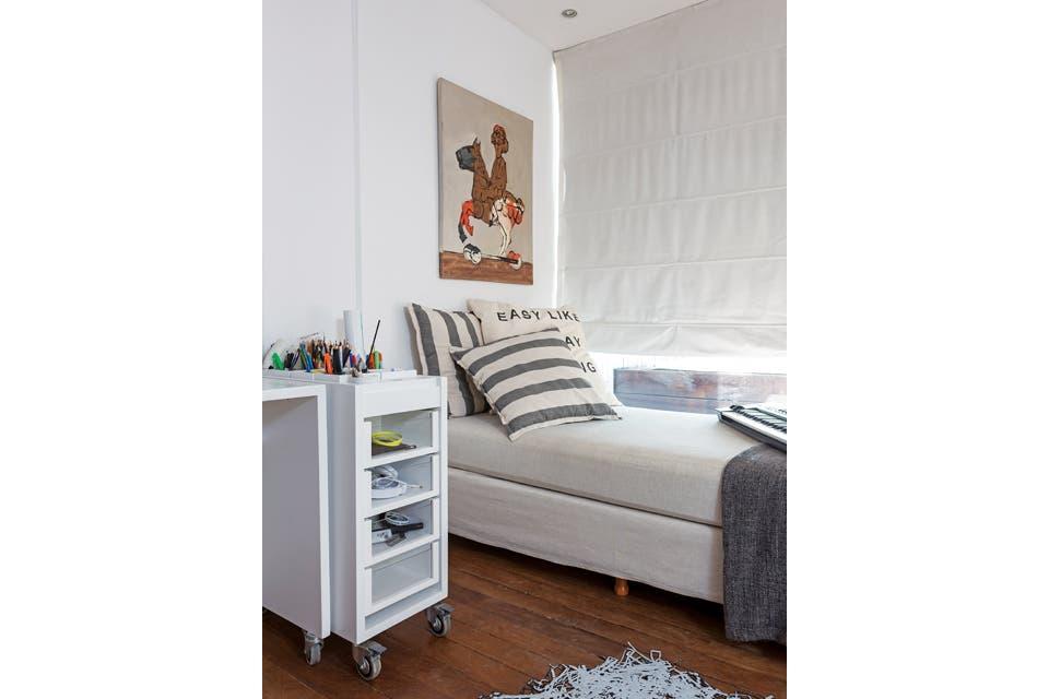 Para relajarse, una chaise longue con funda en panamá color crudo junto a la ventana.  Foto:Living /Daniel Karp