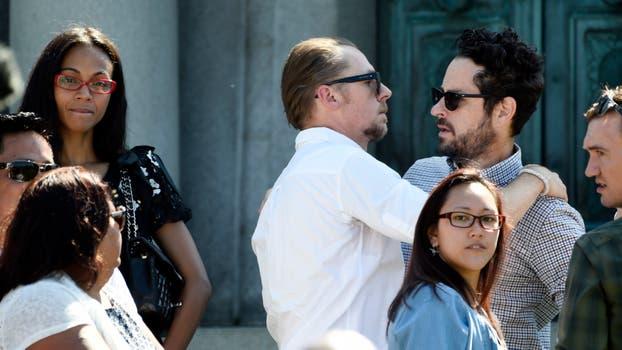 El actor Simon Pegg se abraza con el director J.J. Abrams. Foto: AP