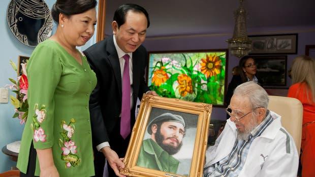 Las últimas fotografías oficiales difundidas por el Gobierno cubano del ex presidente Fidel Castro fueron del 15 de noviembre de 2016. En ellas se podía ver al histórico mandatario recibiendo en su vivienda al presidente de Vietnam, Tran Dai Quang, y a su mujer