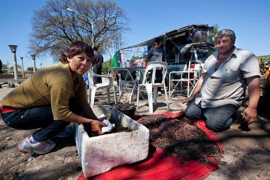 Mónica y Víctor en una postal habitual de su trabajo en la Costanera. Foto: LA NACION / Ezequiel Muñoz