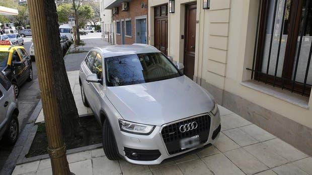 Los autos mal estacionados, uno de los principales dolores de cabeza para los vecinos