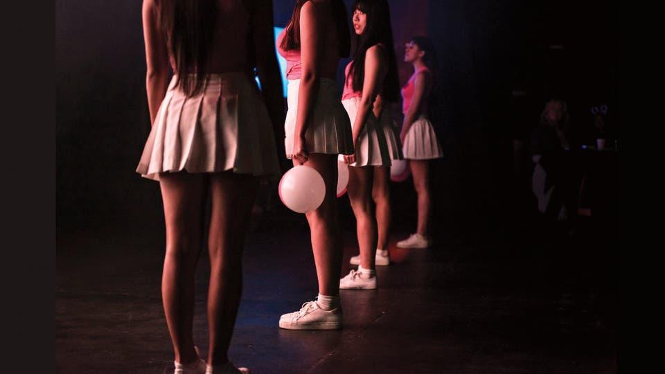 Las ecuatorianas del grupo Adolls se preparan para salir a escena en el Centro Cultural Konex, durante la final del Concurso K-pop latinoamericano