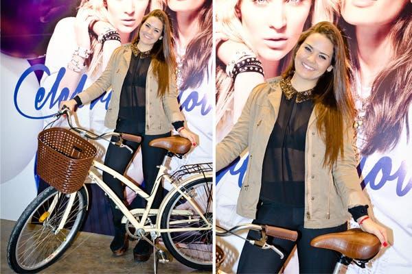 Mica Vázquez probó las bicis de Olmo Bikes en el espacio de Koxis en BAFWEEK. ¿Te gusta su look?. Foto: Muchnik PR