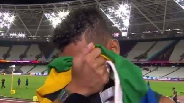 Van Niekerk no pudo evitar las lágrimas