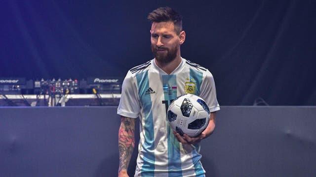 Messi, con la pelota del Mundial