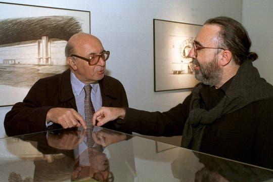 Presentación de la colección Dibujos de arquitectos, junto al arquitecto Osvaldo Alvarez Rojas, en 1998. Foto: Archivo