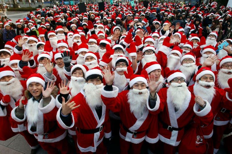 Mil voluntarios disfrazados de Papá Noel iniciaron los festejos navideños en barrios pobres de Seúl, Corea del Sur. Foto: AP