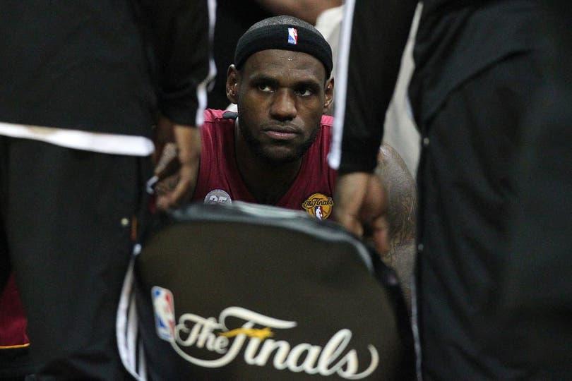 A Le Bron no le gusta esto.... Foto: AP