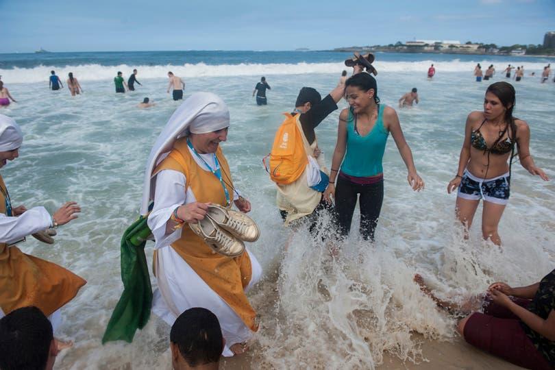 Una monja juega con unas jóvenes en las playas de Copacabana. Foto: AP