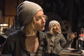 Cate Blanchett, en la escena de Manifesto en la que recita el Manifiesto Surrealista mientras construye una marioneta de ella misma. Foto: Gentileza Fundación Proa
